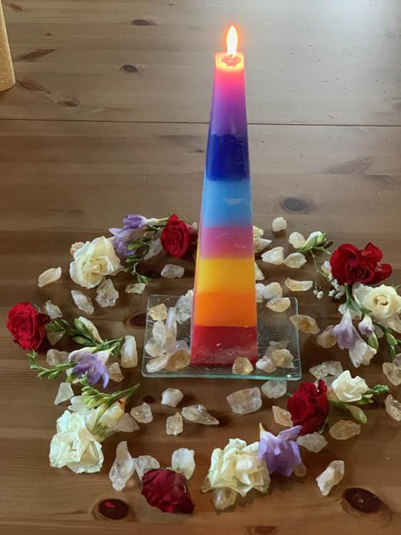 Harmonická Čakrová Svíčka Duhová – Propojení Se Zemí A Nebem – PYRAMIDA